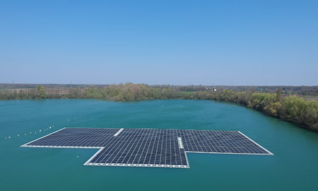 The Maiwald plant, a 750 kWp floating solar array, on a lake.